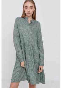 Vero Moda - Sukienka. Typ kołnierza: kołnierzyk stójkowy. Kolor: zielony. Materiał: włókno, tkanina, materiał. Długość rękawa: długi rękaw