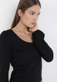 Born2be - Czarna Bluzka Echonos. Okazja: na co dzień. Kolor: czarny. Materiał: bawełna, jersey, dzianina. Długość rękawa: długi rękaw. Długość: długie. Styl: elegancki, casual