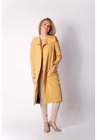 Nommo - Kamelowy Kopertowy Płaszcz z Dużymi Kieszeniami. Materiał: wiskoza, elastan