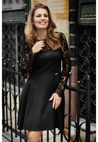 e-margeritka - Sukienka rozkloszowana z koronkowym topem czarna - 36. Okazja: na sylwestra, na imprezę. Typ kołnierza: dekolt w łódkę. Kolor: czarny. Materiał: koronka. Wzór: koronka. Typ sukienki: rozkloszowane. Styl: wizytowy, elegancki