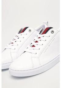 Białe buty sportowe TOMMY HILFIGER z cholewką, na sznurówki, z okrągłym noskiem