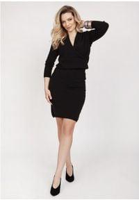 MKM - Sukienka z Dzianiny Swetrowej z Kopertowym Dekoltem - Czarna. Kolor: czarny. Materiał: dzianina. Typ sukienki: kopertowe