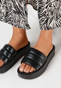 Born2be - Czarne Klapki Lilinyera. Nosek buta: okrągły. Kolor: czarny. Wzór: gładki, aplikacja. Obcas: na platformie. Styl: elegancki
