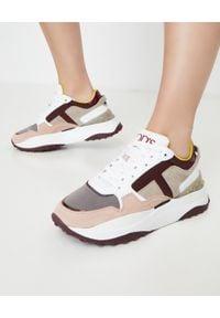 TOD'S - Kolorowe sneakersy z monogramem. Okazja: na co dzień. Nosek buta: okrągły. Zapięcie: pasek. Kolor: biały. Materiał: guma, zamsz, materiał. Wzór: kolorowy