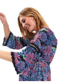 Niebieska bluzka TOP SECRET w koronkowe wzory, z dekoltem w serek, z krótkim rękawem, na wiosnę