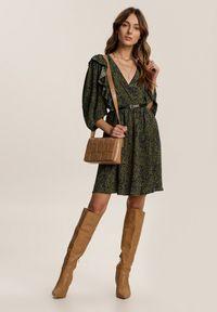 Renee - Zielona Sukienka Nonasise. Kolor: zielony. Wzór: aplikacja. Typ sukienki: kopertowe, rozkloszowane