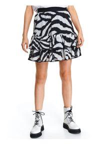 TOP SECRET - Krótka spódniczka w nadruk w zebrę. Okazja: na co dzień. Kolor: czarny. Materiał: materiał. Długość: krótkie. Wzór: motyw zwierzęcy, nadruk. Sezon: lato, wiosna. Styl: casual