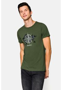 Lancerto - Koszulka Zielona Juan. Okazja: na co dzień. Kolor: zielony. Materiał: bawełna, jeans, materiał, elastan. Wzór: nadruk. Sezon: lato, wiosna. Styl: klasyczny, casual, militarny