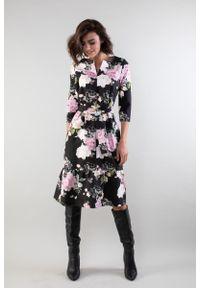 Nommo - Prosta Sukienka z Falbanką u Dołu - Róże. Kolor: różowy. Materiał: wiskoza, poliester. Wzór: kwiaty. Typ sukienki: proste