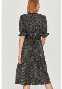 Czarna sukienka Answear Lab rozkloszowana, z krótkim rękawem, wakacyjna, na co dzień