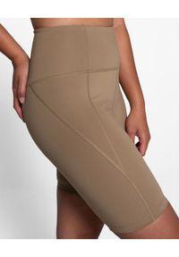 GIRLFRIEND COLLECTIVE - Krótkie spodenki kolarki Sand. Stan: podwyższony. Kolor: brązowy. Materiał: materiał. Długość: krótkie