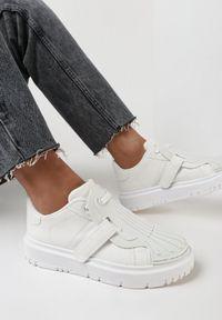 Born2be - Białe Sneakersy Lazastos. Wysokość cholewki: przed kostkę. Nosek buta: okrągły. Zapięcie: rzepy. Kolor: biały. Szerokość cholewki: normalna. Wzór: aplikacja
