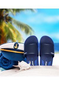 LANO - Klapki męskie basenowe Lano KL-4-6168-D5 Granatowe. Okazja: na plażę. Zapięcie: bez zapięcia. Kolor: niebieski. Materiał: guma. Obcas: na obcasie. Wysokość obcasa: niski. Sport: pływanie