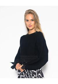 CRISTINAEFFE - Czarna bluzka z wiązanymi rękawami. Kolor: czarny. Materiał: jeans. Długość rękawa: długi rękaw. Długość: długie. Styl: klasyczny