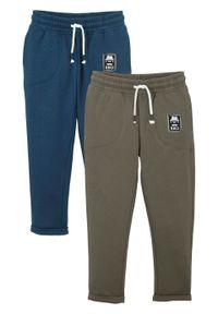 """Spodnie sportowe chłopięce """"BRO"""" (2 pary), bawełna organiczna bonprix ciemnoniebiesko-ciemnooliwkowy. Kolor: niebieski. Materiał: bawełna. Wzór: aplikacja. Styl: sportowy"""