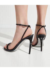 RENE CAOVILLA - Czarne sandały na szpilce Ellabrita. Zapięcie: pasek. Kolor: czarny. Materiał: materiał. Wzór: nadruk, aplikacja. Obcas: na szpilce #8