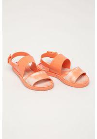 Pomarańczowe sandały zaxy gładkie, na klamry, na średnim obcasie