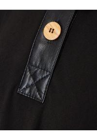NANUSHKA - Czarna sukienka Leila. Okazja: do pracy, na imprezę. Kolor: czarny. Materiał: materiał, dzianina. Styl: klasyczny, elegancki. Długość: maxi