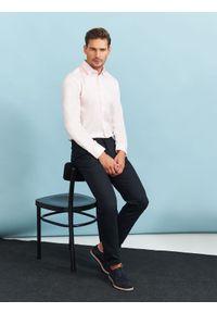 Różowa koszula TOP SECRET w kolorowe wzory, długa, na jesień, na spotkanie biznesowe
