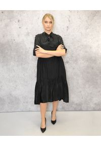 EMMA & GAIA - Czarna zwiewna sukienka. Okazja: na co dzień. Kolor: czarny. Materiał: wiskoza. Typ sukienki: proste, asymetryczne, sportowe. Styl: sportowy, casual