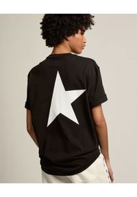 GOLDEN GOOSE - Koszulka Star z kontrastową gwiazdą. Kolor: czarny. Materiał: bawełna. Wzór: napisy, aplikacja. Styl: klasyczny