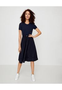 MONCLER - Granatowa sukienka z krótkim rękawem. Okazja: do pracy, na co dzień. Kolor: niebieski. Materiał: materiał. Długość rękawa: krótki rękaw. Wzór: haft. Sezon: wiosna. Typ sukienki: proste. Styl: casual