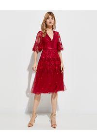 NEEDLE & THREAD - Koronkowa sukienka Lottie. Kolor: czerwony. Materiał: koronka. Wzór: haft, kwiaty, koronka, aplikacja. Typ sukienki: kopertowe. Styl: wizytowy, klasyczny. Długość: midi