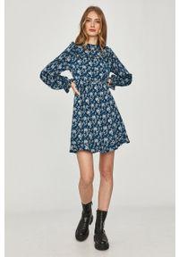 Answear Lab - Sukienka. Kolor: niebieski. Materiał: tkanina. Długość rękawa: długi rękaw. Typ sukienki: rozkloszowane. Styl: wakacyjny