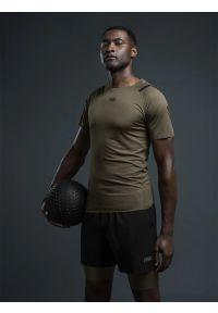 4f - Legginsy krótkie treningowe z materiałów z recyklingu męskie RL9 x 4F. Kolor: brązowy. Materiał: materiał. Długość: krótkie. Wzór: nadruk. Sport: fitness
