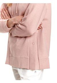 TOP SECRET - Luźna bluza z kapturem i rozcięciami po bokach. Typ kołnierza: kaptur. Kolor: różowy. Materiał: tkanina. Długość rękawa: długi rękaw. Długość: długie. Sezon: wiosna