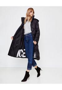 Ice Play - ICE PLAY - Czarny płaszcz z logo. Okazja: na spacer, do pracy. Kolor: czarny. Materiał: materiał, puch. Sezon: jesień, zima. Styl: elegancki
