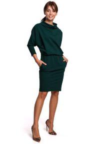 MOE - Kimonowa Sukienka z Ołówkowym Dołem - Ciemnozielona. Kolor: zielony. Materiał: bawełna, elastan. Typ sukienki: ołówkowe