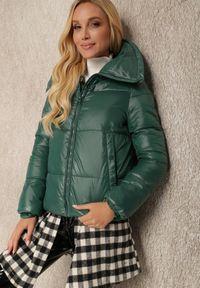 Renee - Ciemnozielona Kurtka Ariesania. Typ kołnierza: golf. Kolor: zielony. Materiał: tkanina. Długość rękawa: długi rękaw. Długość: długie. Styl: klasyczny