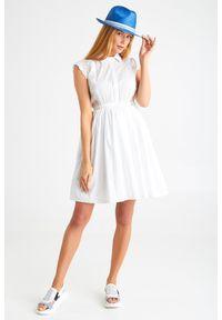 Biała sukienka Ermanno Scervino w koronkowe wzory, prosta, z włoskim kołnierzykiem, midi