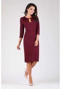 Nommo - Bordowa Wizytowa Dopasowana Sukienka z Dekoracyjnym Dekoltem. Kolor: czerwony. Materiał: wiskoza, poliester. Styl: wizytowy