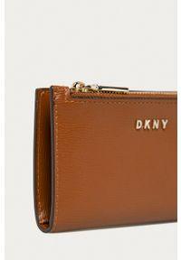 DKNY - Dkny - Portfel skórzany. Kolor: brązowy. Materiał: skóra. Wzór: gładki
