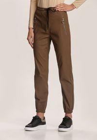 Renee - Brązowe Spodnie Joggery Usinola. Kolor: brązowy. Długość: długie. Wzór: gładki