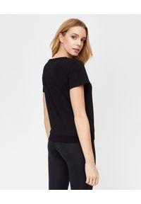 LA MANIA - Krótki czarny t-shirt Zion. Kolor: czarny. Materiał: bawełna. Długość: krótkie. Wzór: nadruk, aplikacja