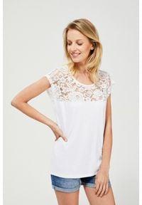 MOODO - T-shirt z koronką. Materiał: koronka. Długość rękawa: krótki rękaw. Długość: krótkie. Wzór: koronka. Styl: klasyczny