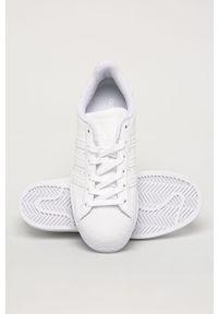 Białe buty sportowe adidas Originals z cholewką, z okrągłym noskiem