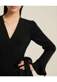 Luisa Spagnoli - LUISA SPAGNOLI - Czarna sukienka mini Madir. Typ kołnierza: dekolt w kształcie V. Kolor: czarny. Materiał: wełna. Długość rękawa: długi rękaw. Wzór: aplikacja. Długość: mini