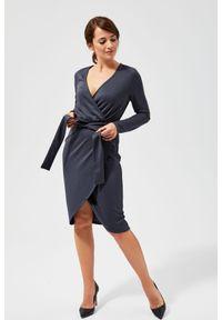 MOODO - Sukienka połyskująca z wiązaniem w talii. Materiał: poliester, elastan. Wzór: gładki. Typ sukienki: kopertowe. Styl: elegancki