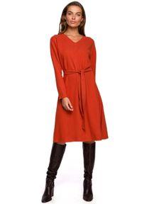 MOE - Sukienka z Dzianiny Swetrowej w Serek - Ruda. Typ kołnierza: dekolt w serek. Kolor: brązowy. Materiał: dzianina