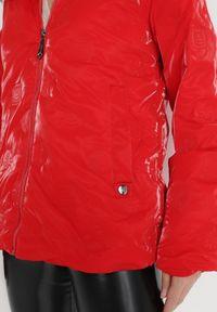 Born2be - Czerwona Kurtka Zephie. Typ kołnierza: kaptur. Kolor: czerwony. Długość rękawa: długi rękaw. Długość: długie. Sezon: jesień, zima