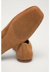 Tory Burch - Baleriny zamszowe. Nosek buta: okrągły. Kolor: brązowy. Materiał: zamsz