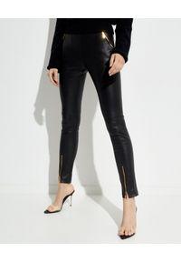 LA MANIA - Czarne spodnie ze skóry. Okazja: do pracy, na spotkanie biznesowe. Kolor: czarny. Materiał: skóra. Wzór: aplikacja. Styl: klasyczny, biznesowy