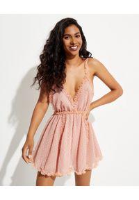CHIO - Różowa sukienka mini. Kolor: różowy, fioletowy, wielokolorowy. Materiał: materiał. Długość rękawa: na ramiączkach. Wzór: kropki. Długość: mini