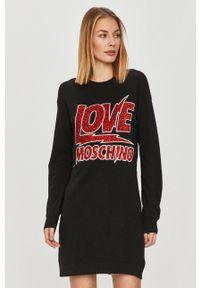 Love Moschino - Sukienka. Okazja: na co dzień. Kolor: czarny. Materiał: dzianina. Długość rękawa: długi rękaw. Wzór: aplikacja. Typ sukienki: proste. Styl: casual