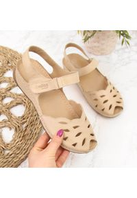 Beżowe sandały Helios na koturnie
