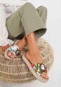 Renee - Białe Kwieciste Klapki Chellee. Nosek buta: otwarty. Kolor: biały. Wzór: aplikacja. Obcas: na platformie